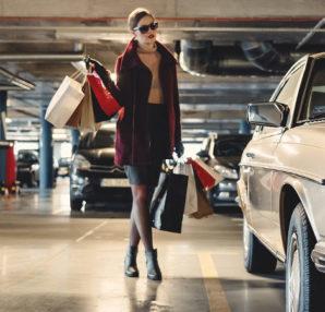 tanie torebki kobieta na zakupach